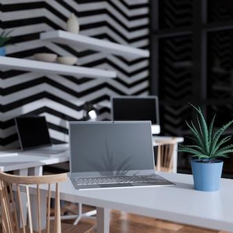 사무실 테이블에 노트북