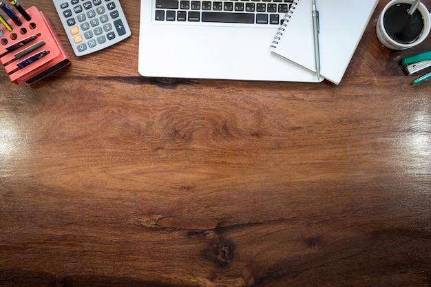 빈티지에 노트북 액세서리-위에서 책상에 평면도와 현대 사무실에서 나무 바탕 화면.