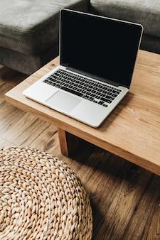 나무 테이블에 노트북입니다.