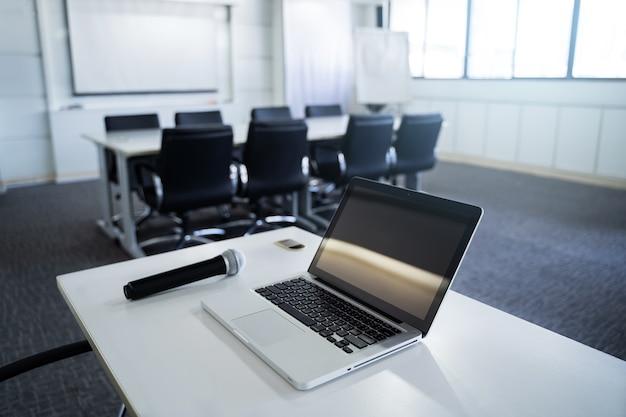 ラップトップ、ノートブック、マイクロフォン、ミーティングルームまたはセミナールーム