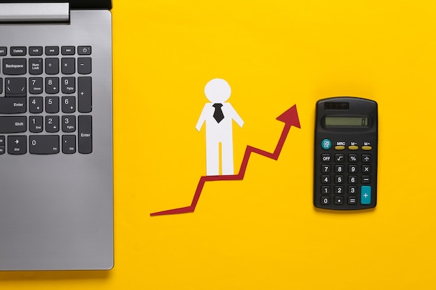 Ноутбук, бумажный деловой человек на стрелке роста с калькулятором. желтый. символ финансового и социального успеха, лестница к прогрессу