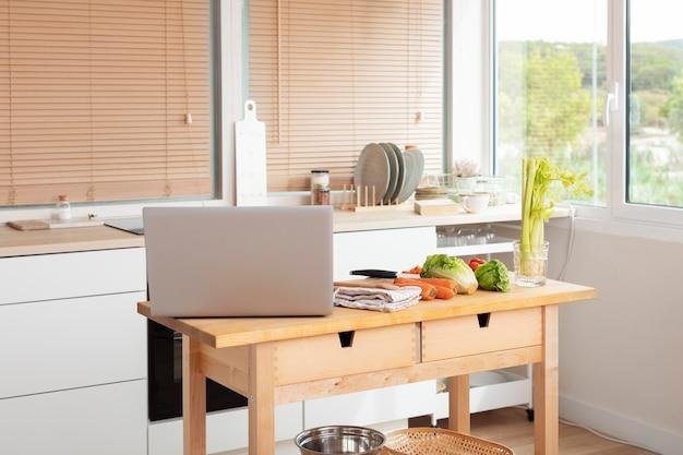 온라인 회의 준비가 된 노트북