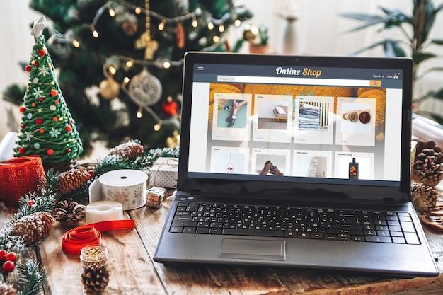 Экран ноутбука и рождественские покупки в интернете