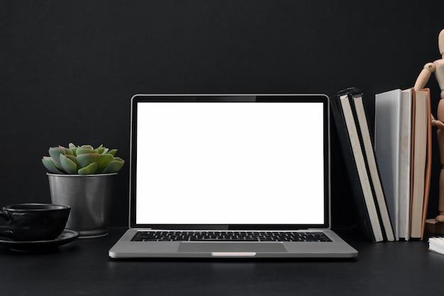オフィスの机の上に分離されてノートパソコンの画面