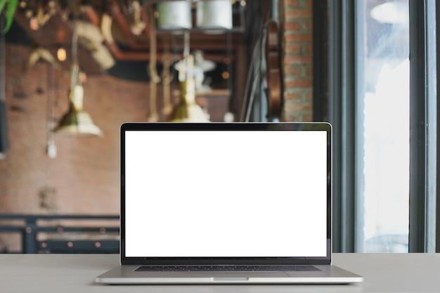 ラップトップはコーヒーショップで白いスクリーンを表示する