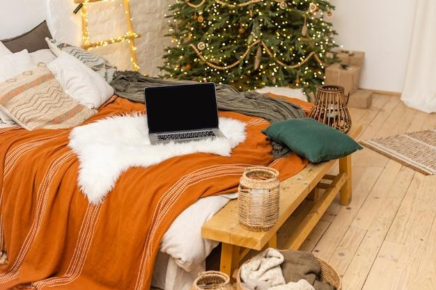 Ноутбук, стоящий в уютной гостиной. концепция работы дома