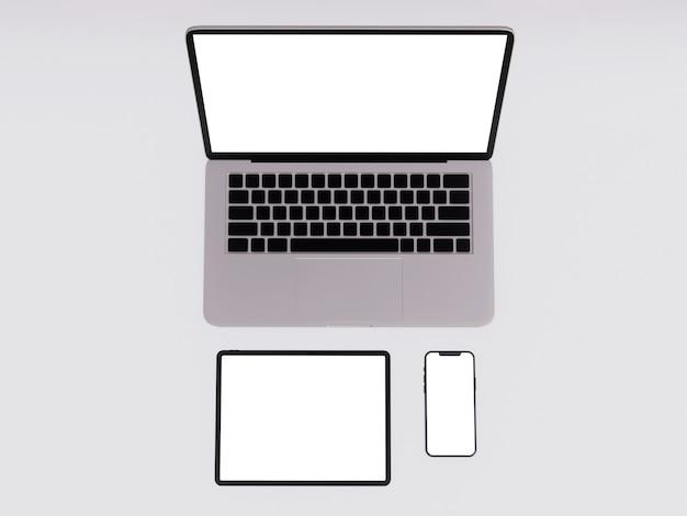 ノートパソコン、タブ、空白の画面の電話