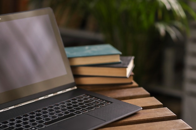 Computer portatile sul tavolo