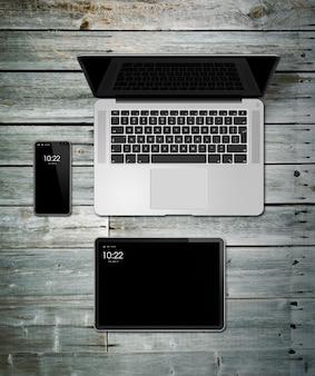 Макет ноутбука, планшета и телефона на деревянном столе
