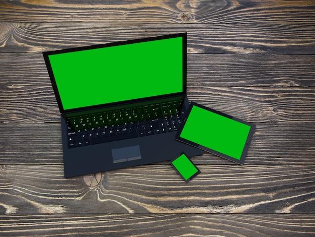 Ноутбук, планшет и смартфон на деревянном столе