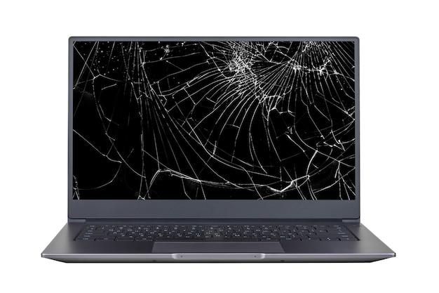 Ноутбук со сломанным, треснувшим экраном, изолированным на белой поверхности