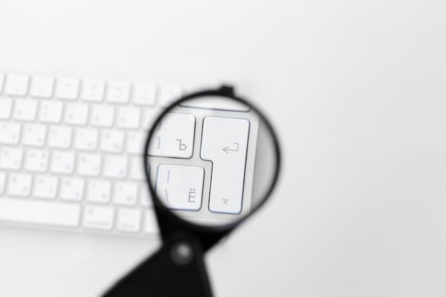 虫眼鏡でノートパソコン