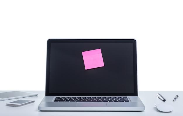 Ноутбук с клейкой запиской на экране