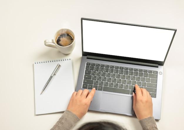 Ноутбук с руками пустой экран и аксессуары на белом деловая женщина руки, используя макет ноутбука