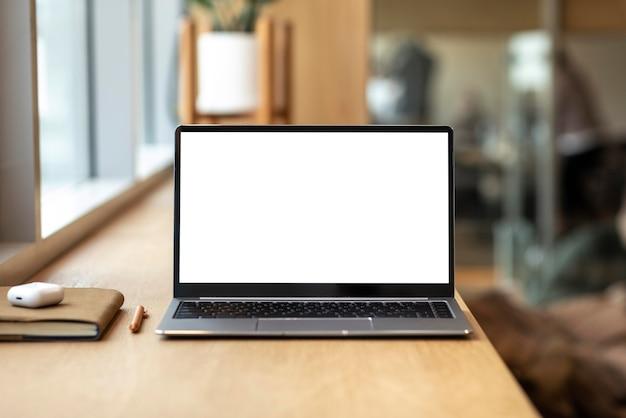 机の上の空白の画面とラップトップ