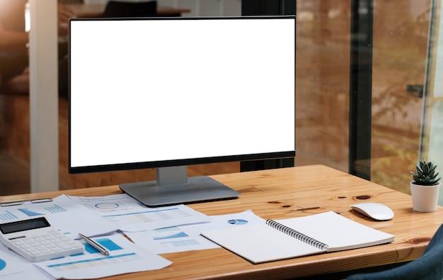 테이블에 빈 화면이 있는 노트북. 광고 문자 메시지를 위한 빈 복사 공간 화면이 있는 랩톱 컴퓨터의 작업 공간 배경 새 프로젝트