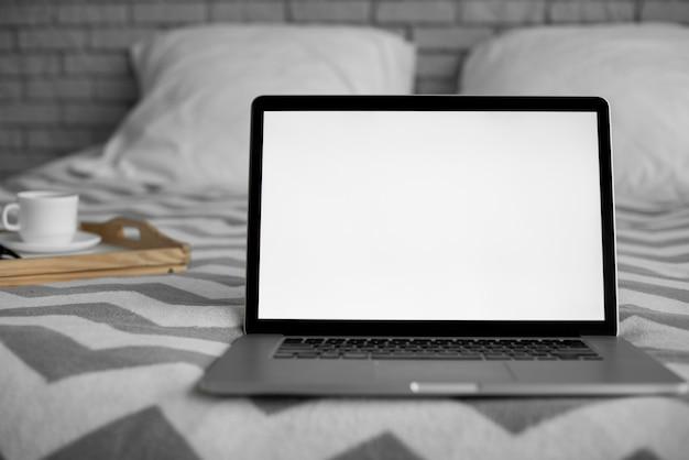침대에 빈 화면이 노트북