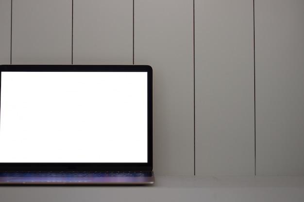 Computer portatile con schermo vuoto su legno
