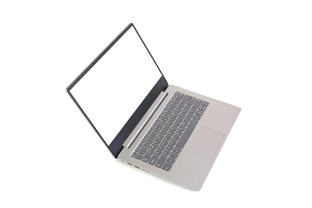 흰색 배경에 고립 된 빈 흰색 화면이 있는 노트북. 빈 공간과 클리핑 패스가 있는 노트북 컴퓨터