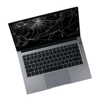 흰색 표면에 고립 된 화면에 균열이있는 노트북