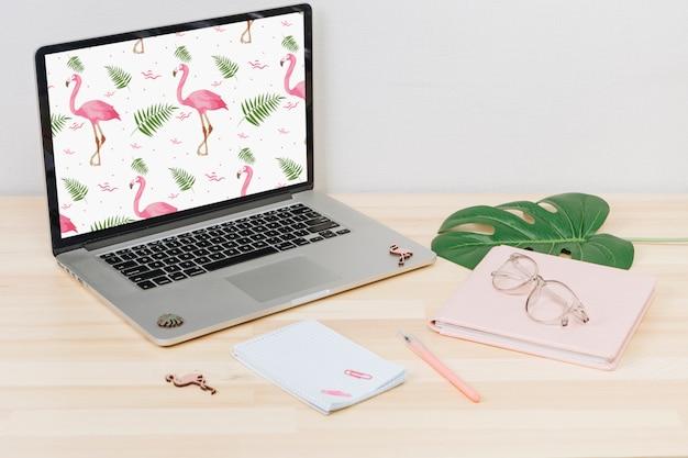 テーブルの上の画面上のフラミンゴとラップトップ