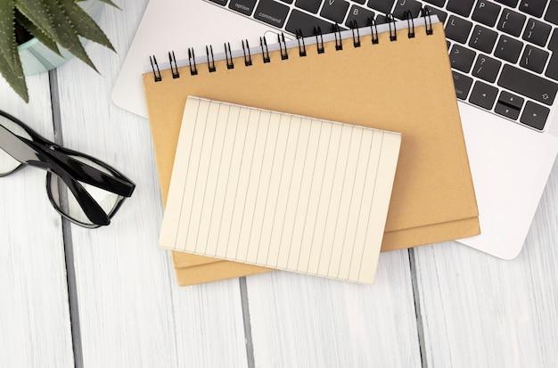 안경와 사무실 책상에 빈 빈 종이 노트북
