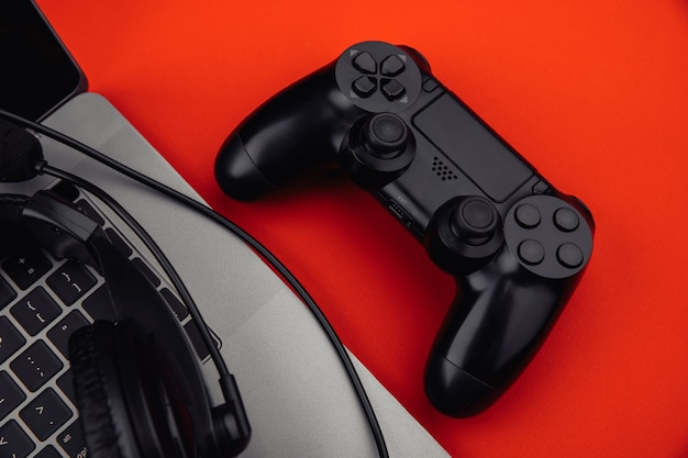 헤드폰, 게임 패드 클로즈업 노트북입니다. 게임, 엔터테인먼트 또는 레저 개념.