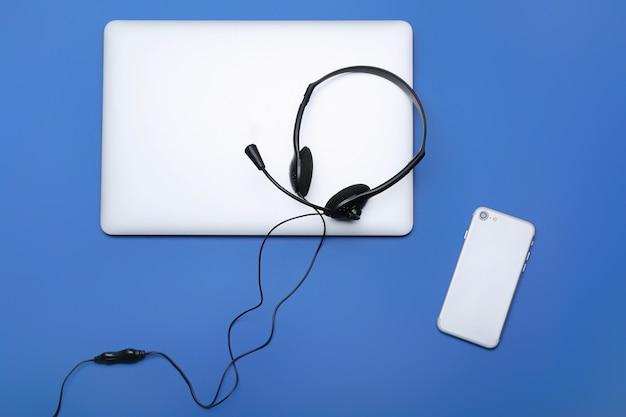 블루에 헤드셋과 휴대 전화와 노트북