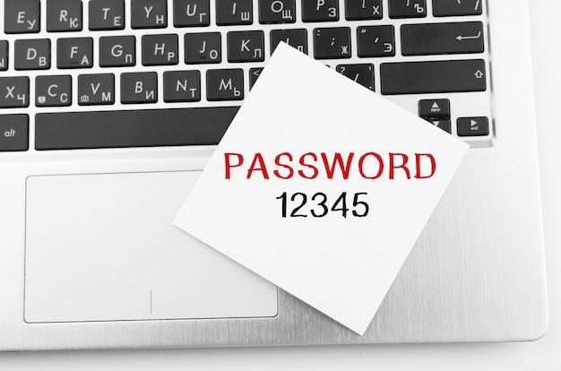 Ноутбук с памятками на клавиатуре с текстом пароль