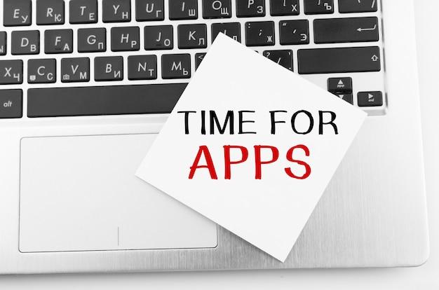 메모가있는 노트북은 time for apps라는 텍스트가있는 키보드에 붙어 있습니다.