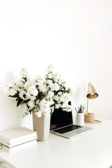 テーブルの上のモックアップ空白のコピースペース画面とラップトップ