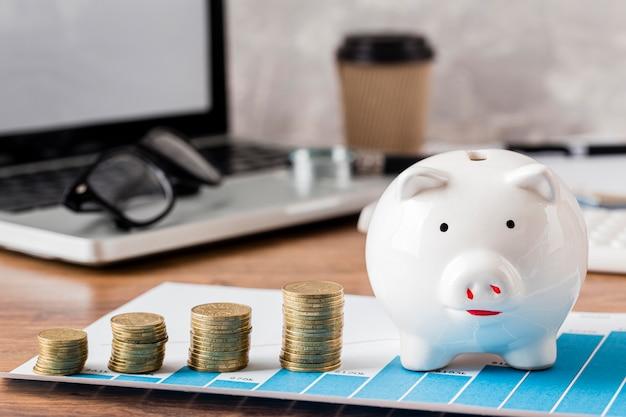 貯金箱と成長チャートを備えたラップトップ