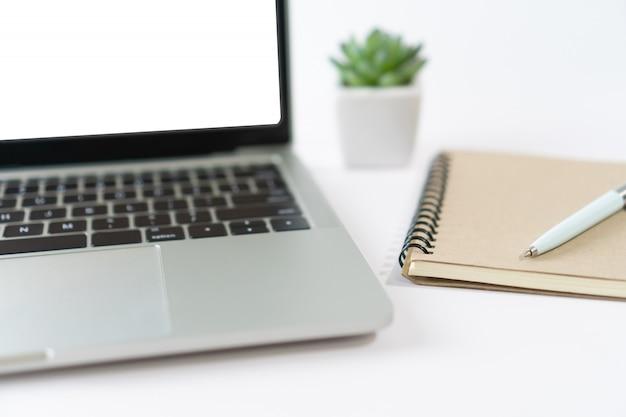 Компьтер-книжка при белый пустой экран изолированный на белой предпосылке с малым заводом и устройством.