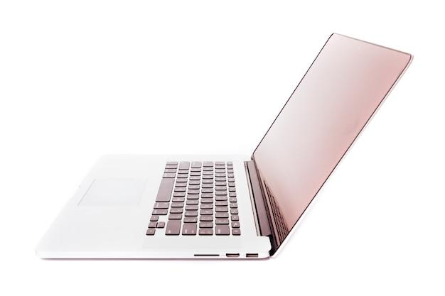 白い画面のノートパソコン。白い壁に隔離