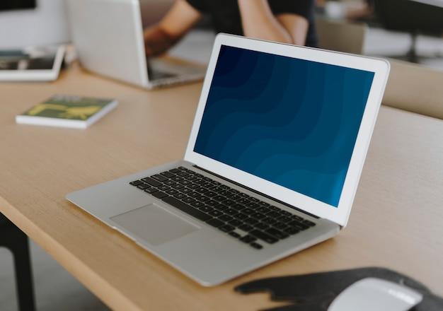 Computer portatile su un tavolo di legno