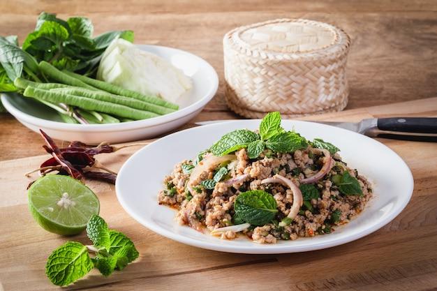 スパイシーミンチポークサラダ(larb moo)タイ料理