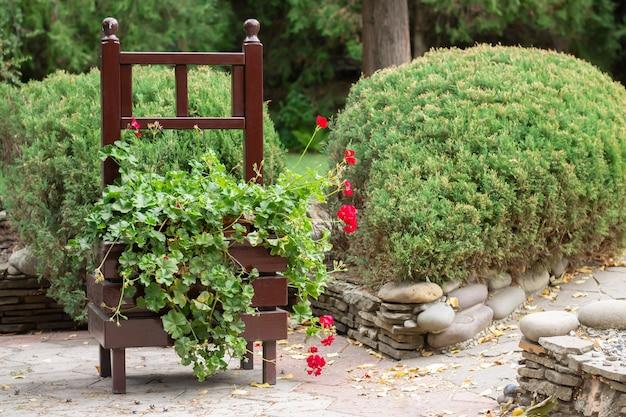 야외 꽃과 크고 아름다운 복고풍 나무 상자.