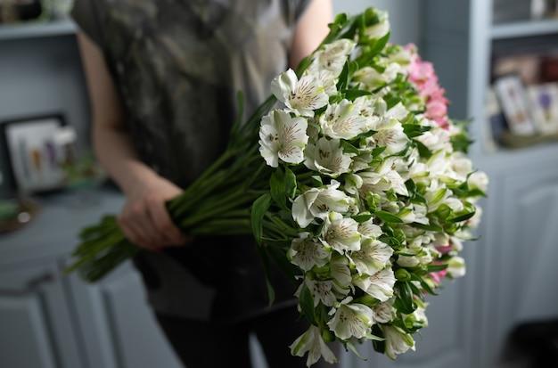 여자 손에 혼합 된 꽃의 큰 아름 다운 꽃다발