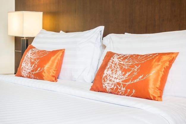 Ampio letto con due cuscini di colore arancione
