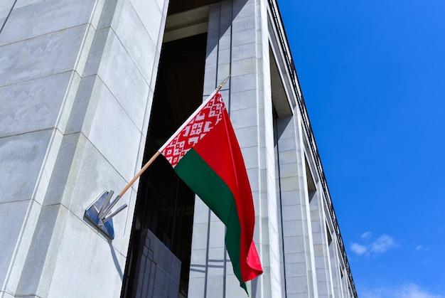 Большой белорусский флаг на стене дворца независимости