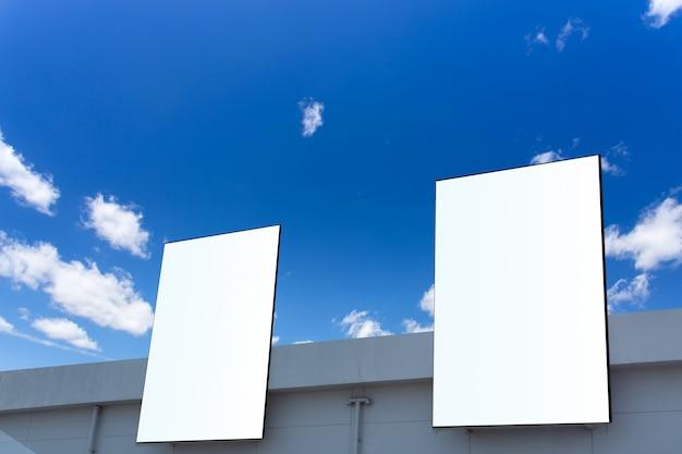 モダンな建物の壁に大きな看板、モックアップ