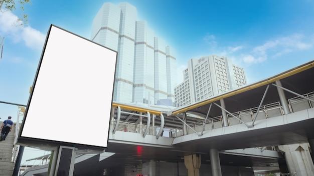 Большой рекламный щит на стене современного здания, макет