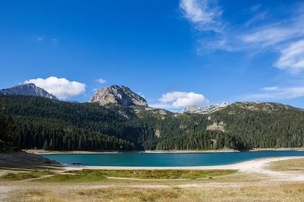 秋の山の大きな黒い湖