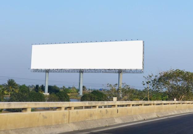青空の背景に大きな空白の看板を表示する