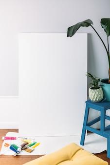 Большой пустой белый холст на концепции рисования подрамника