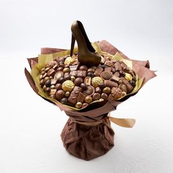 Большой букет разных конфет и шоколадная туфелька в подарок