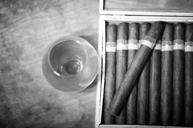 見栄えのするパッケージの木製テーブルにキューバ産の葉巻の大きな箱