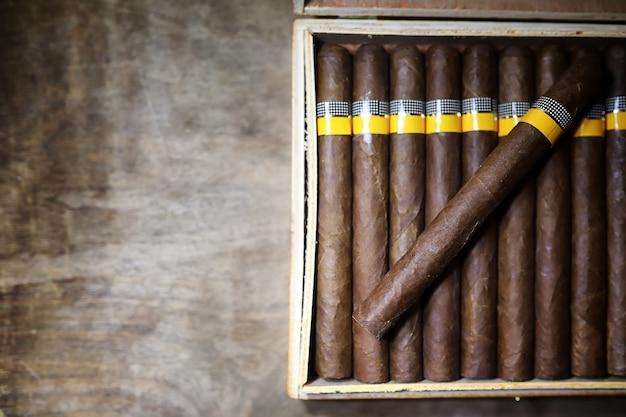 見栄えのするパッケージの木製テーブルにキューバの葉巻の大きな箱