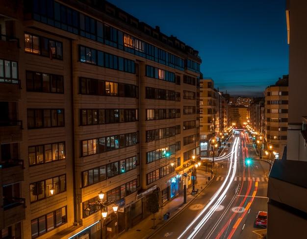 거리 앞 다른 사람들로 둘러싸인 대형 건물