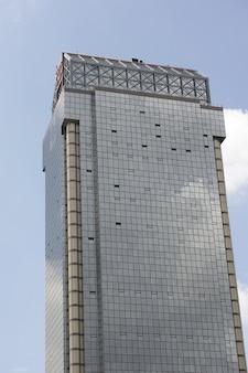 Большое здание со стеклянными окнами